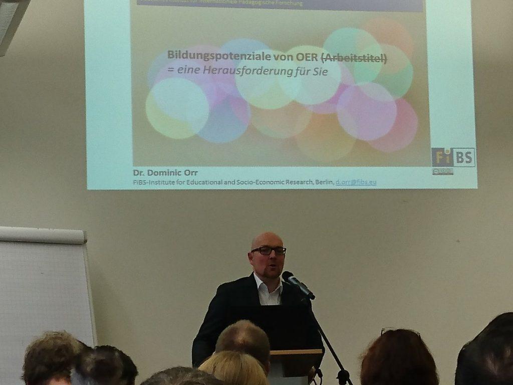 """Dominic Orr vom Forschungsinstitut für Bildungs- und Sozialökonomie hält einen sehr guten Impulsvortrag zum Thema """"Bildungspotenziale von OER."""