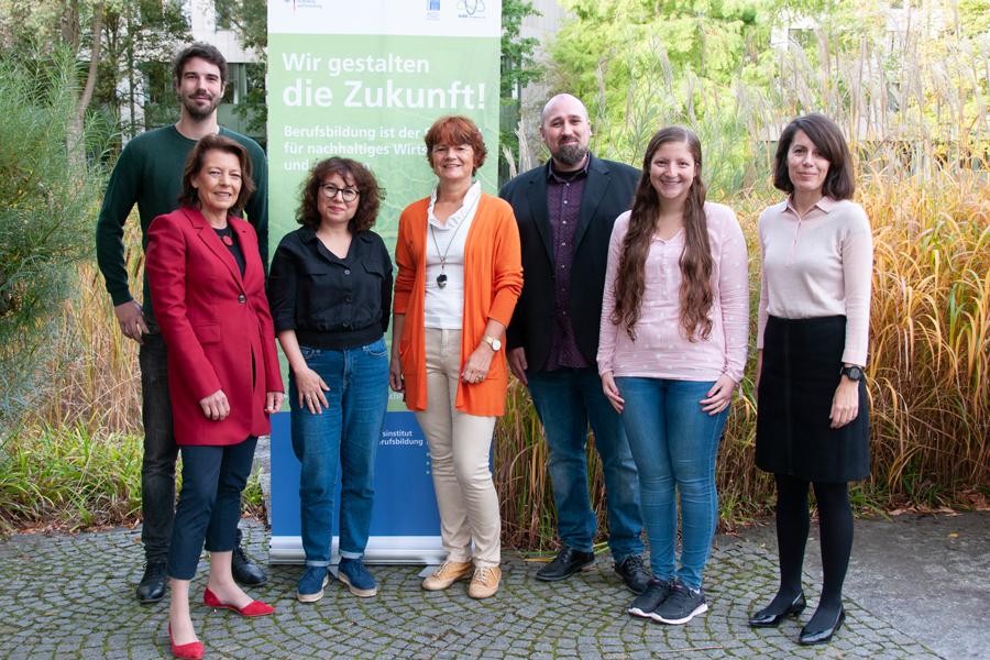 Das Team des BNE-Teams am BIBB: Marcel Werner, Barbara Hemkes, Ülkü Gülkaya, Christa Tengler, Christian Melzig, Julia Bazoune, Verónica Fernández Caruncho (v.r.n.l.)