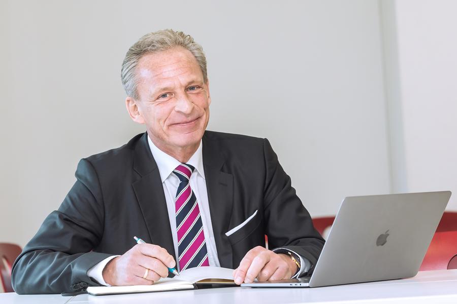 Prof. Wollersheim am Schreibtisch