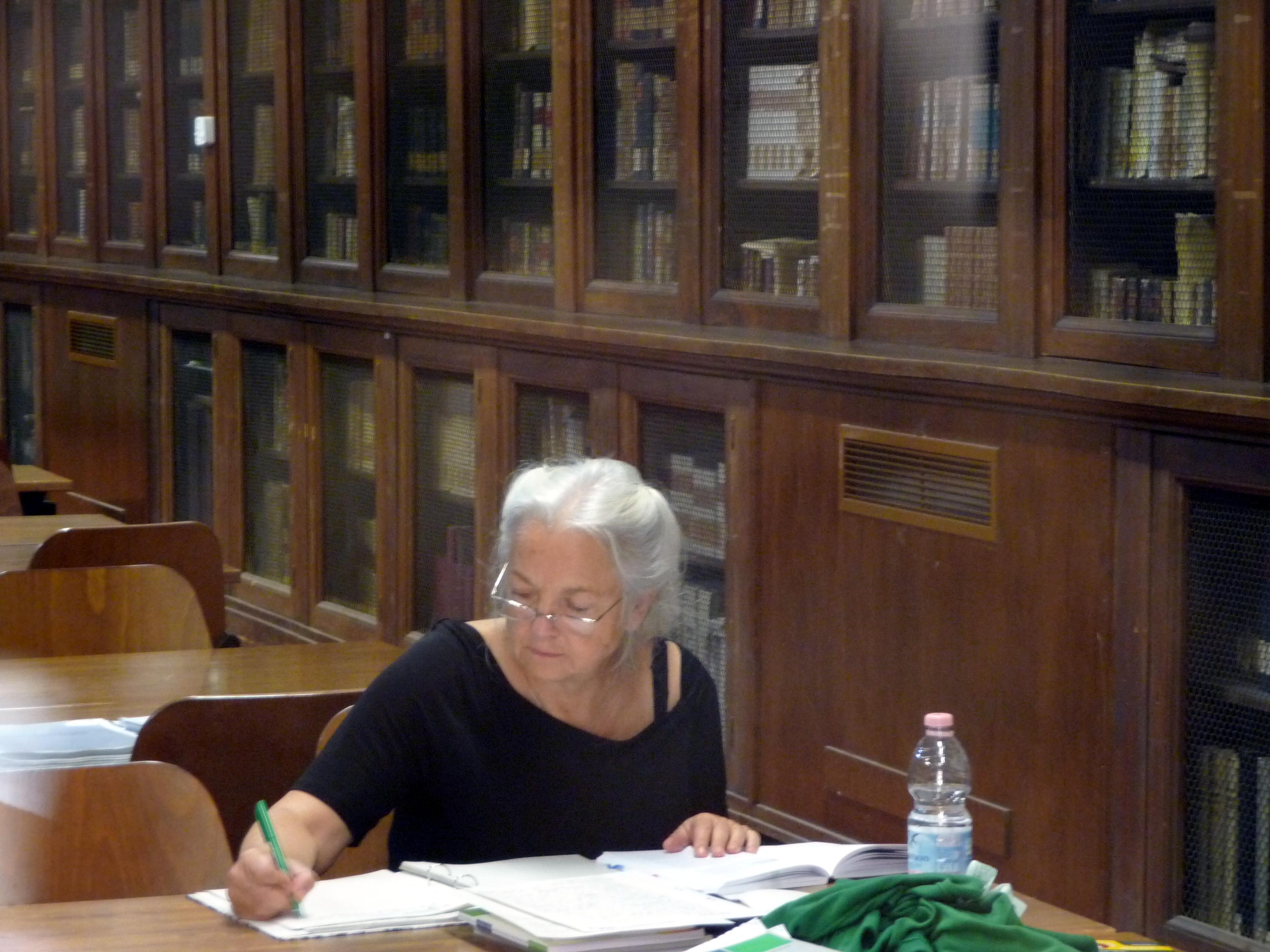 Annedore Prengel schreibendam Arbeitstisch der Universität in Florenz