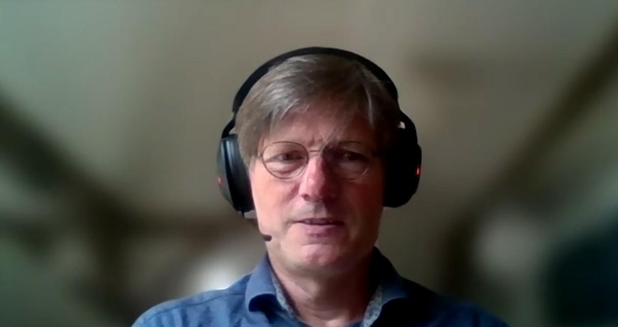 Porträt Andreas Kleinsteuber mit Headset während des Zoom-Interviews