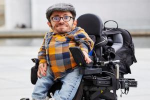 Porträt von Raul Krauthausen im Rollstuhl